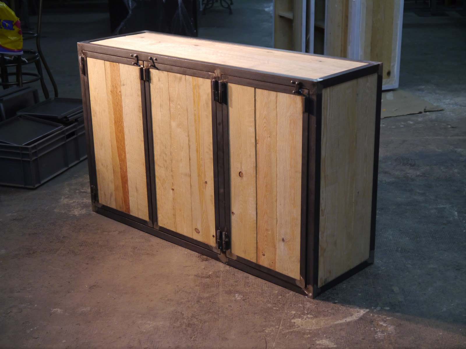 Armarios en hierro estilo vintage e industrial mesas y for Muebles de hierro y madera