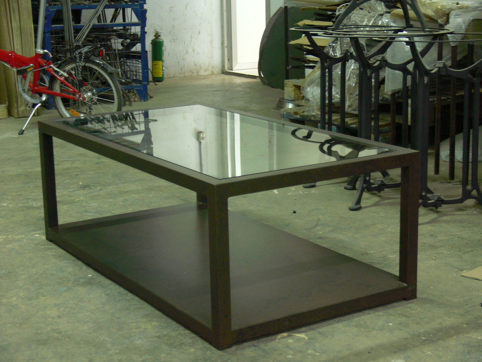 Mesa de hierro y cristal mesas y sillas de estilo for Como hacer una mesa estilo industrial