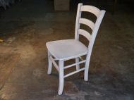 Silla de madera en blanco
