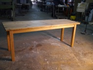 Mesa de comedor rústica con tablones de madera
