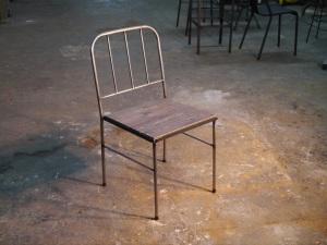 silla de hierro industrial con  madera reciclada para hosteleria