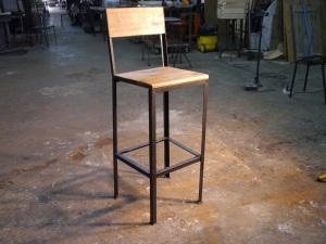 Taburete de barra de bar estilo rustico industrial con madera maciza y hierro