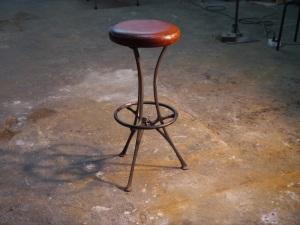 Taburete clásico de hierro con cuero envejecido , la piel esta envejecida artesanalmente