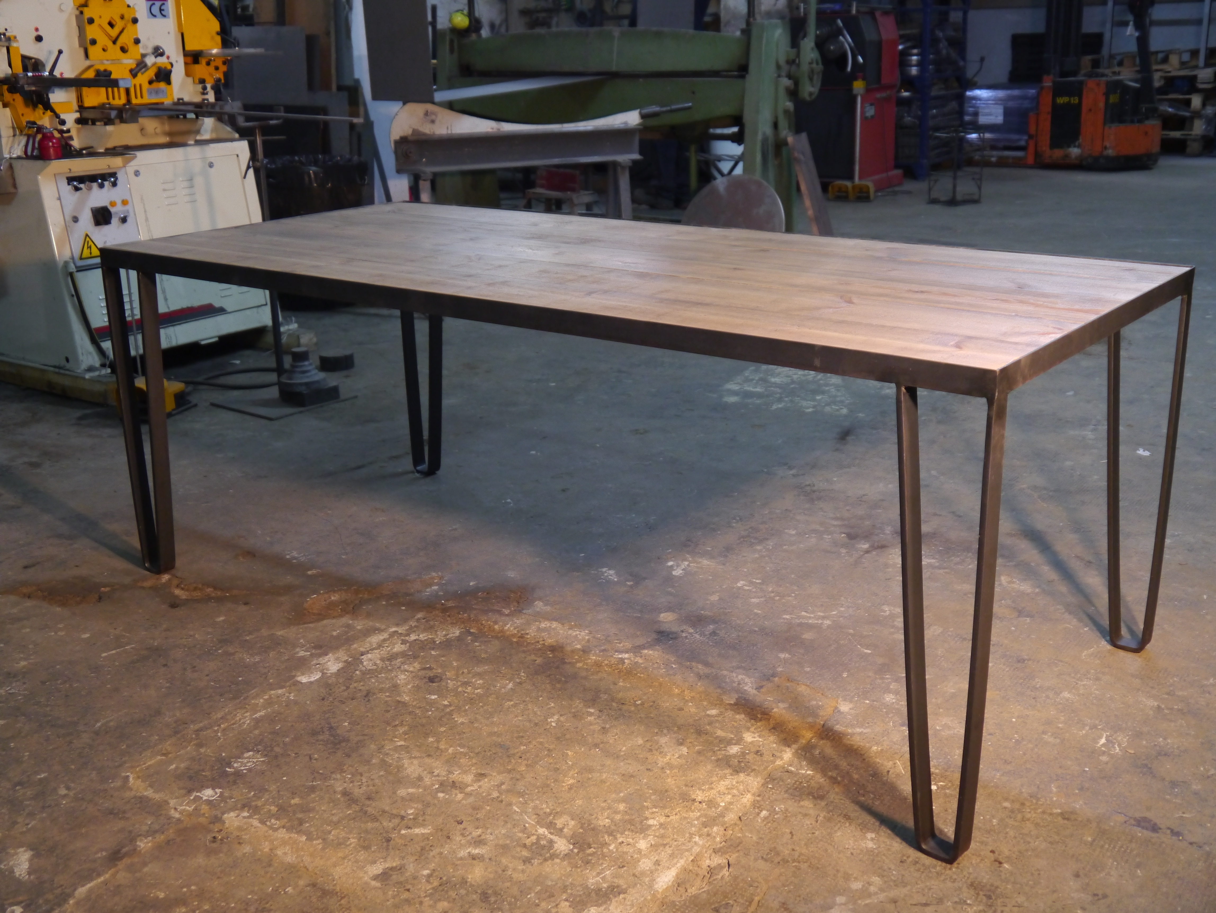 Mesas y sillas en metal de estilo industrial en hierro y for Mesa comedor estilo industrial