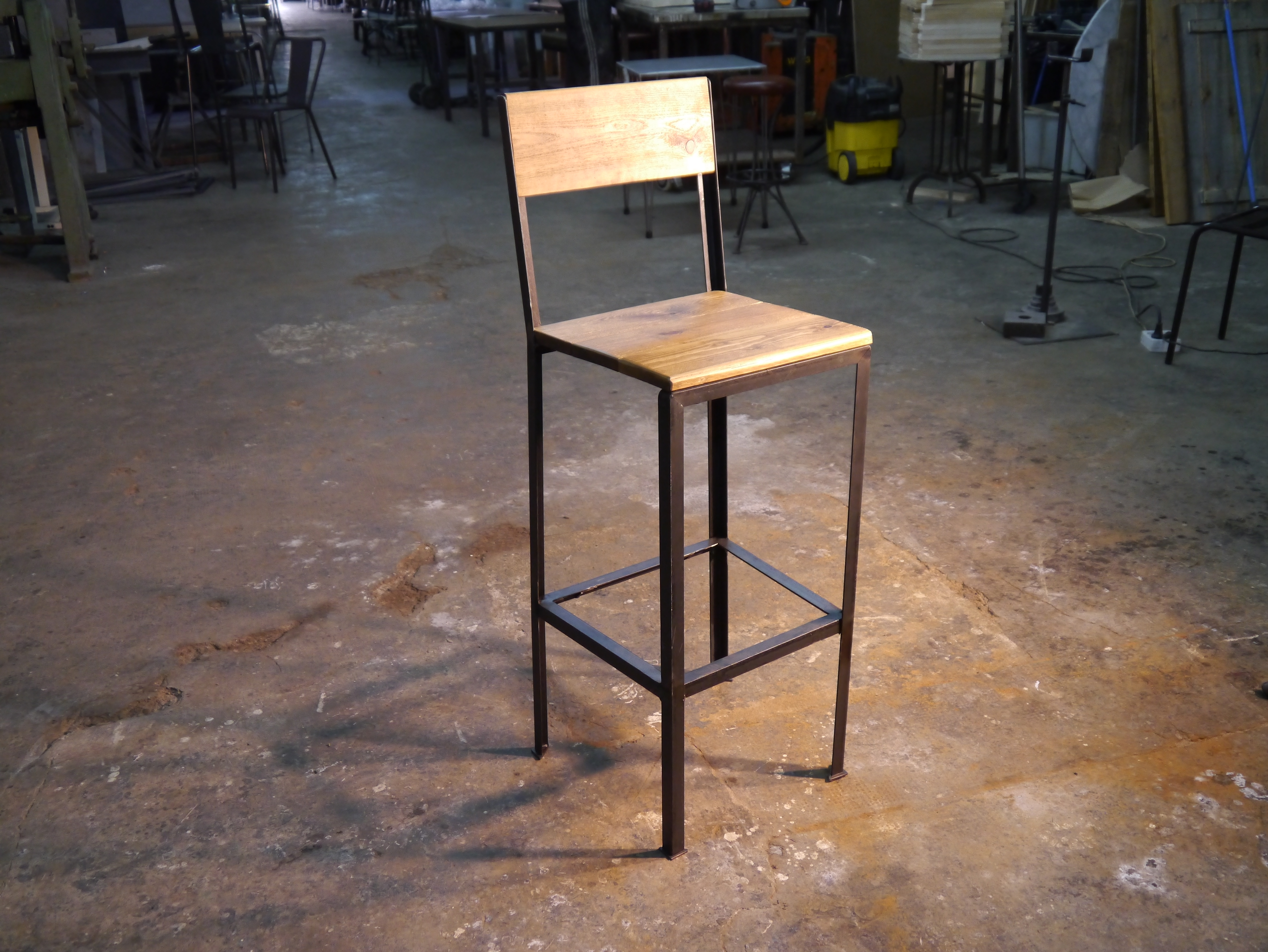 Mesas y sillas en metal de estilo industrial en hierro y for Sillas de madera para bar