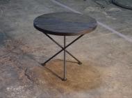 Mesa trípode de hierro forjado y madera rustica