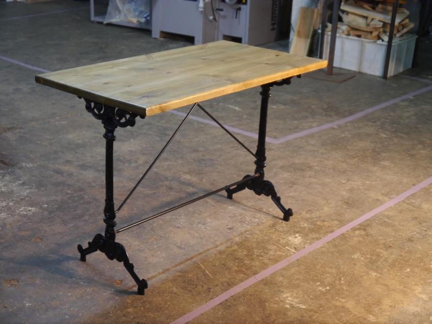 Mesa tasca en madera envejecida y pies de hierro fundido - Muebles hosteleria barcelona ...